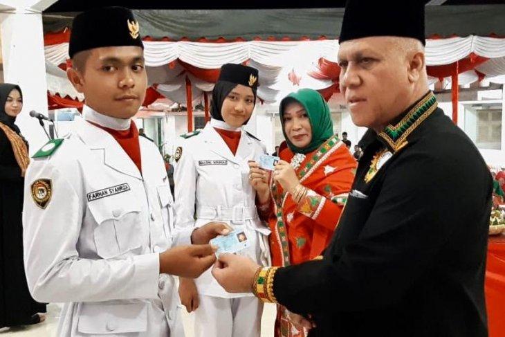 Bupati Aceh Tengah serahkan KTP-e ke anggota Paskibra
