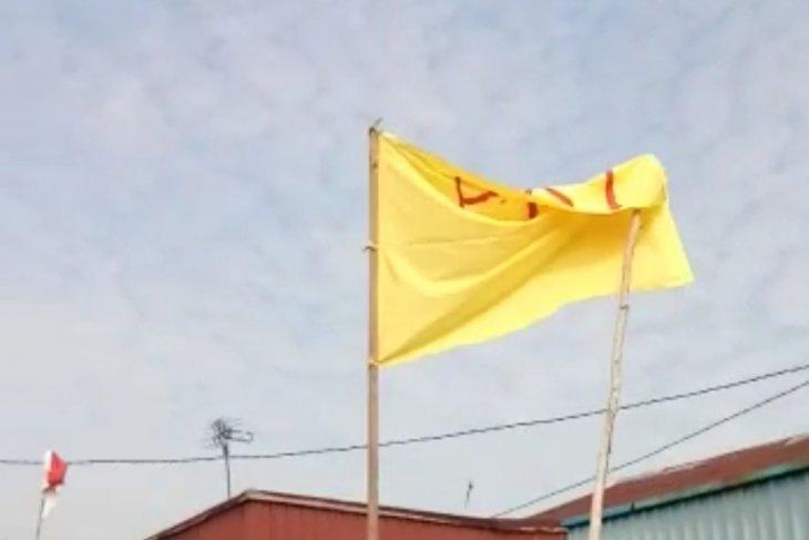 Pengibar bendera bertuliskan