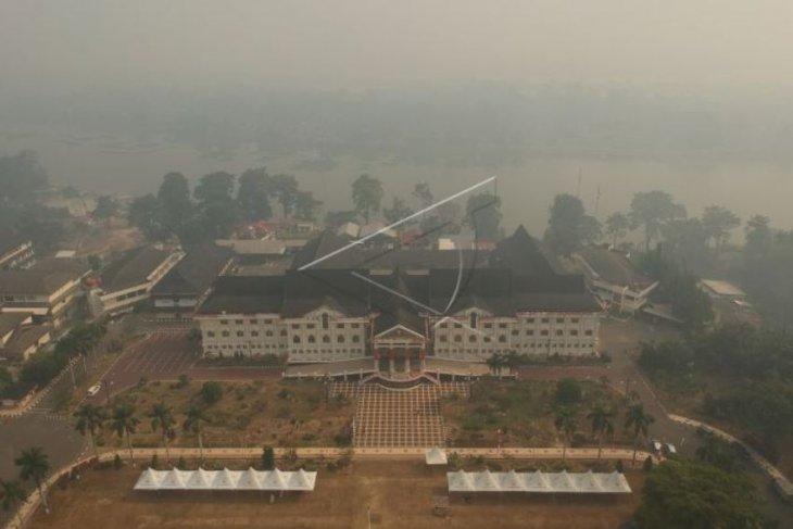 Kantor Gubernur diselimuti asap karhutla