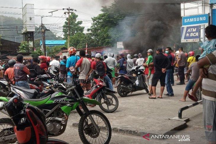 Diblokade, sejumlah jalan utama di Manokwari Papua lumpuh
