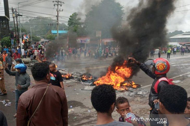 FLASH - Seorang anggota polisi Papua ditembak saat pantau aksi demo
