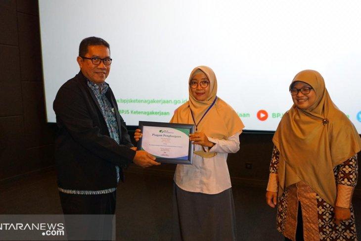 BPJS-TK Cikupa beri penghargaan pada perusahaan terkait kepatuhan pembayaran