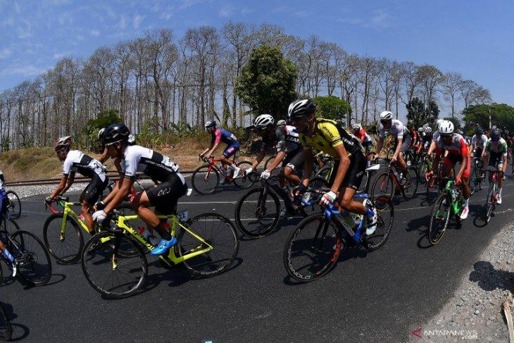 Para pebalap tempuh etape terpanjang pada hari ketiga Tour d'Indonesia 2019