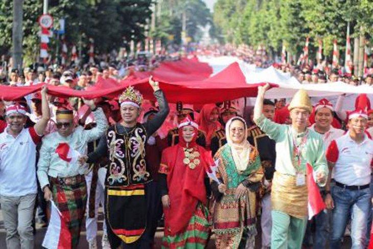 Bendera merah putih raksasa diarak, simbol kebersamaan dalam keberagaman