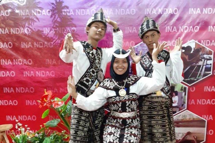 Tiga peserta SMN Jambi mengenakan kain tenun