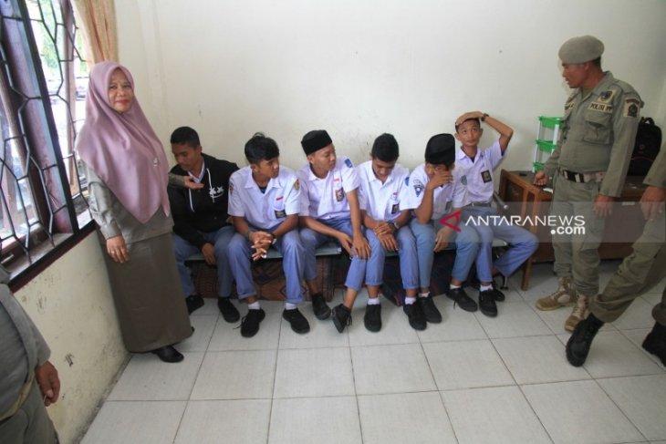Satpol PP Aceh Barat amankan sejumlah siswa di warung  kopi
