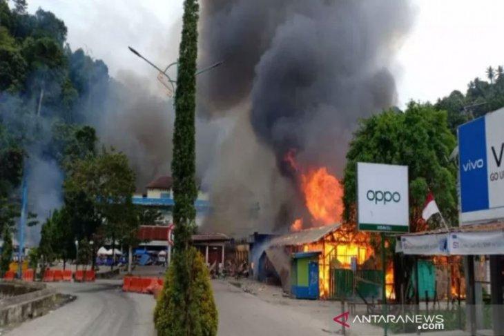 Pembakaran fasilitas umum warnai aksi demonstran di Fakfak Papua Barat