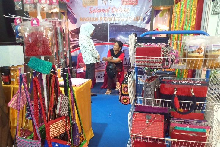 Mantan TKI ini pamerkan produk rajutan di Padang Fair 2019