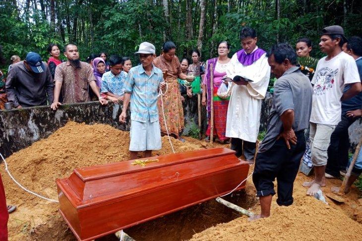 Pemakaman pengembala kerbau yang tewas disambar petir diwarnai isak tangis