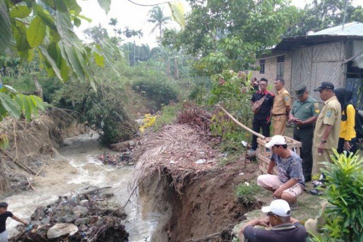 Saluran irigasi longsor, rumah warga di Laras Simalungun terancam rubuh
