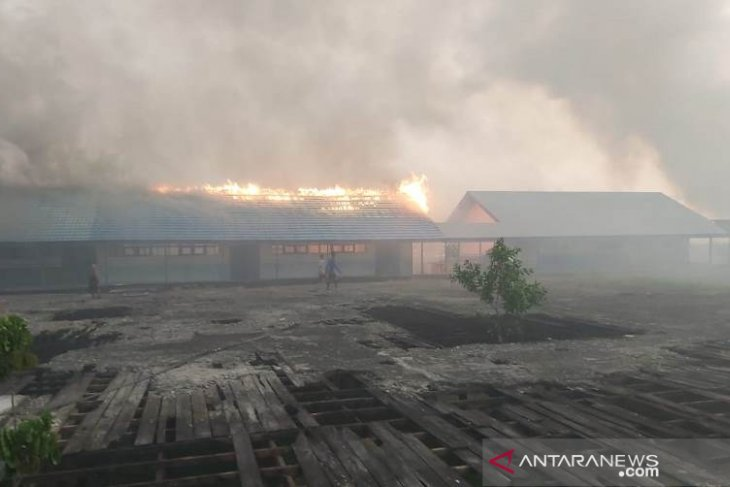 Api lalap atap bangunan SMPN 1 pada kebakaran lahan di Daha Barat