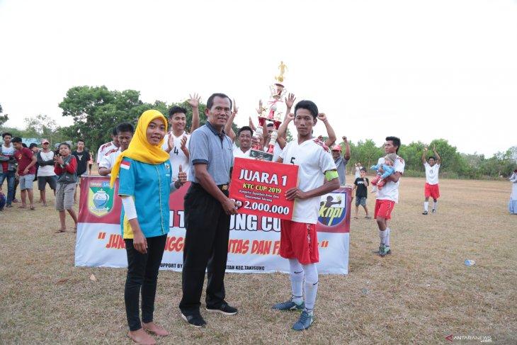 Kesebelasan Junjung Buih A juara turnamen sepakbola Bupati Cup