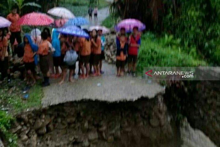 Banjir putus jalan penghubung antardesa di Nias Selatan