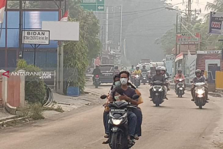 Forest fire-induced haze lowers visibility in Pekanbaru to 1.5 km