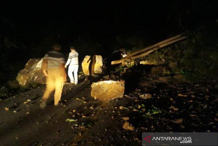 Hati-hati Geurute rawan longsor batu besar