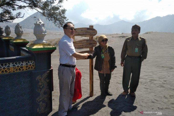 Papan rambu peringatan di Gunung Bromo kini dalam tiga bahasa