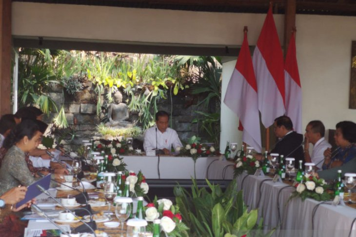 President Jokowi chairs limited cabinet meeting on tourism in Magelang