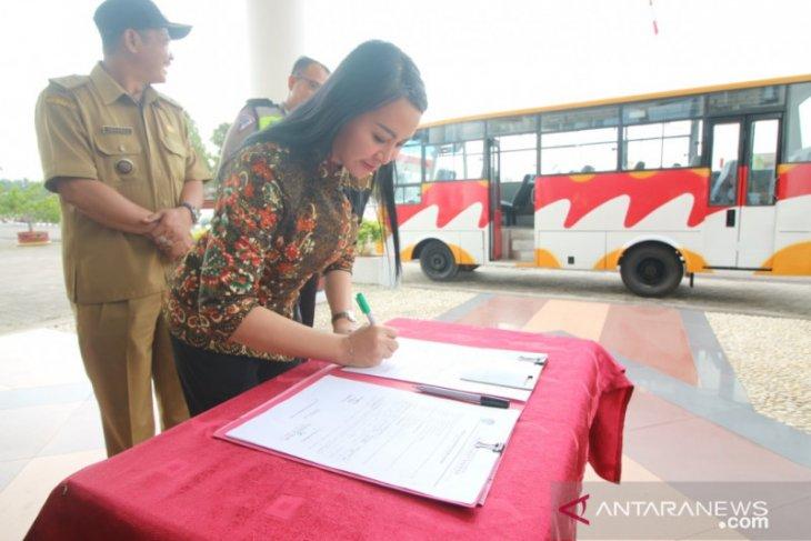 Bupati Karolin hibahkan bus angkutan kepada Desa Hilir Kantor