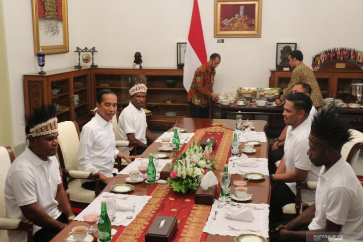 Jokowi has lunch with Papuan village chiefs, youths