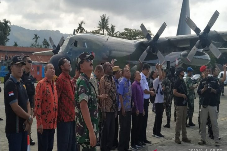 Paratroopers jump drill in Papua observed by military, police chiefs