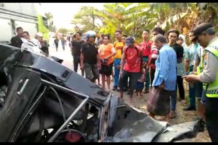 Pick up hantam truk, dua orang tewas