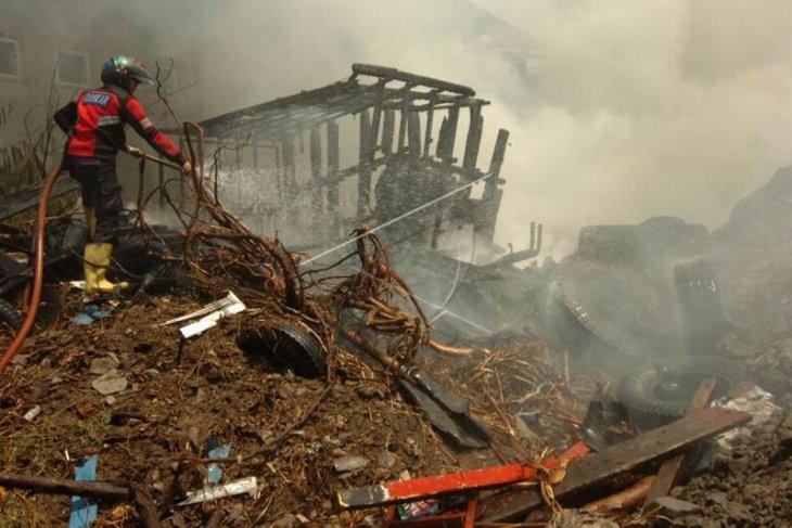 Kebakaran gudang rongsok Foto Page 1