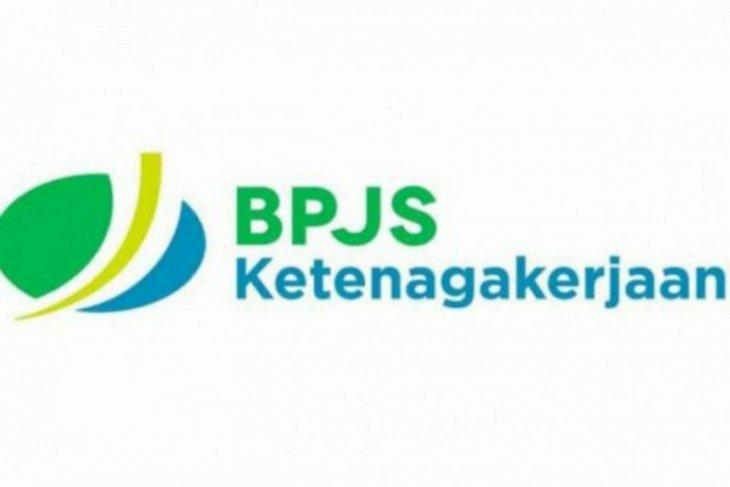 BPJS Ketenagakerjaan bagi-bagi helm gratis ke pekerja