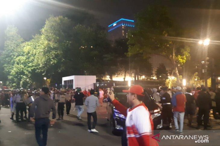 Polisi tembakkan gas air  mata bubarkan kericuhan suporter di GBK