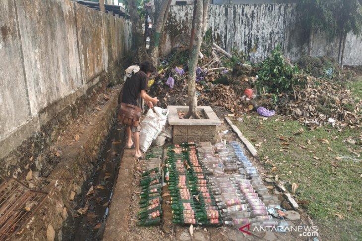 Ratusan botol minuman keras ditemukan di belakang Gedung KNPI
