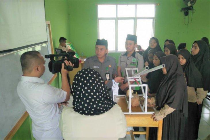 Siswa Madrasah 1 Gorontalo buat alat pembelah durian