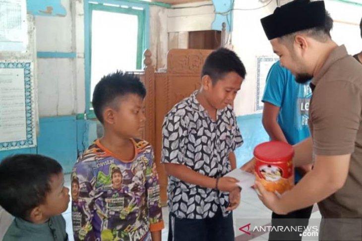 Anggota DPRK Aceh Jaya berikan gaji pertamanya kepada anak yatim