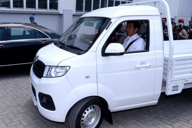 Jokowi ujicoba  mobil bak Bima buatan Esemka