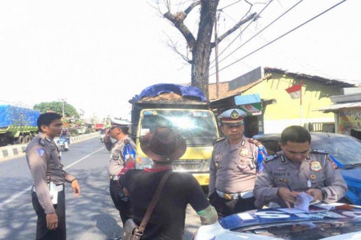 Hindara kecelakaan, Polres Cirebon tindak kendaraan lebihi muatan