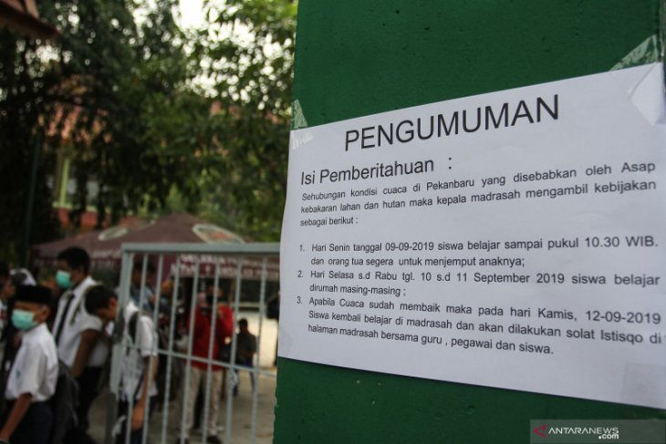 Pekanbaru schools closed after thick smog shrouds city