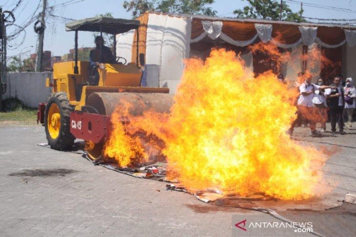 Sembilan kontainer barang impor ilegal dimusnahkan