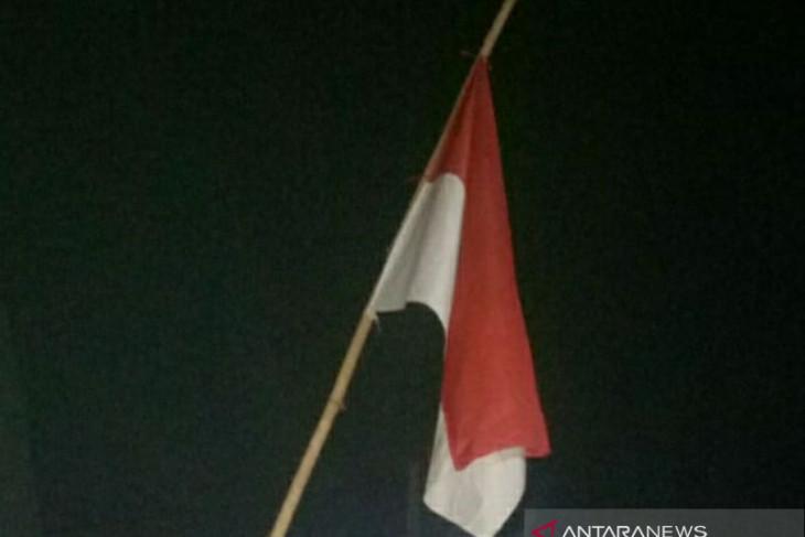 Warga Pangkalpinang mulai kibarkan bendera setengah tiang
