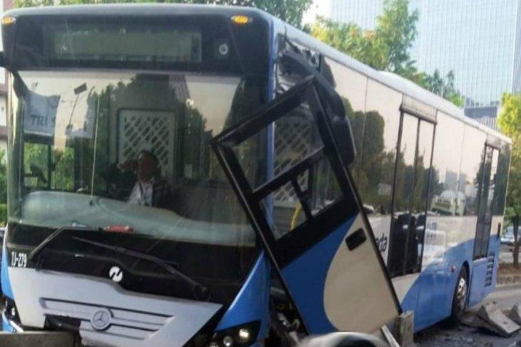 Tabrak separator, Bus TransJakarta ringsek  di Jakarta Barat