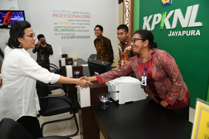 Menteri Keuangan Sri Mulyani Indrawati bersama jajaran pejabat eselon I Kementerian Keuangan saat meninjau salah satu kantor Kementerian Keuangan di Jayapura, Papua. (Biro Komunikasi dan Layanan Informasi Kementerian Keuangan)