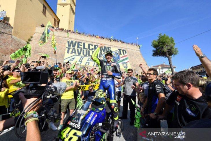 Valentino Rossi pulang kampung halamannya mengendarai motor M1