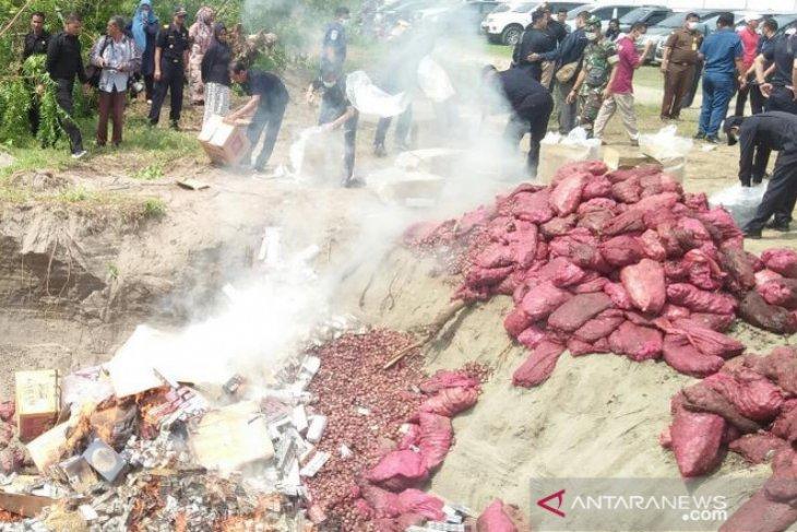 Bea Cukai musnahkan 59 ton bawang merah ilegal asal Malaysia