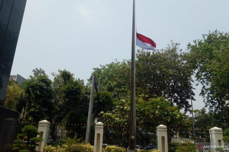 Mengenang Habibie, KBRI oslo kibarkan bendera merah putih setengah tiang selama 3 hari