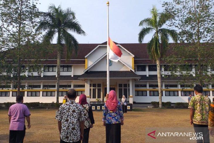 Untuk Habibie, Pemkab Belitung kibarkan bendera setengah tiang
