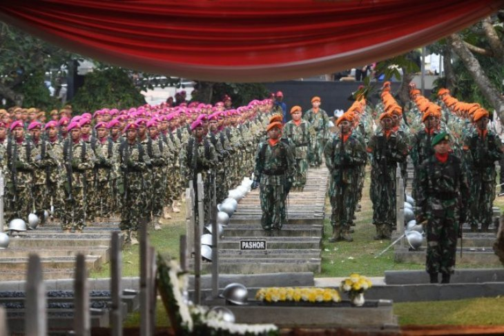 Upacara pemakaman BJ Habibie di Taman Makam Pahlawan Nasional Utama Kalibata Foto Page 2