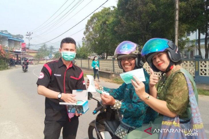 Kabut asap Bengkayang, Pemuda Dayak bagikan ribuan masker