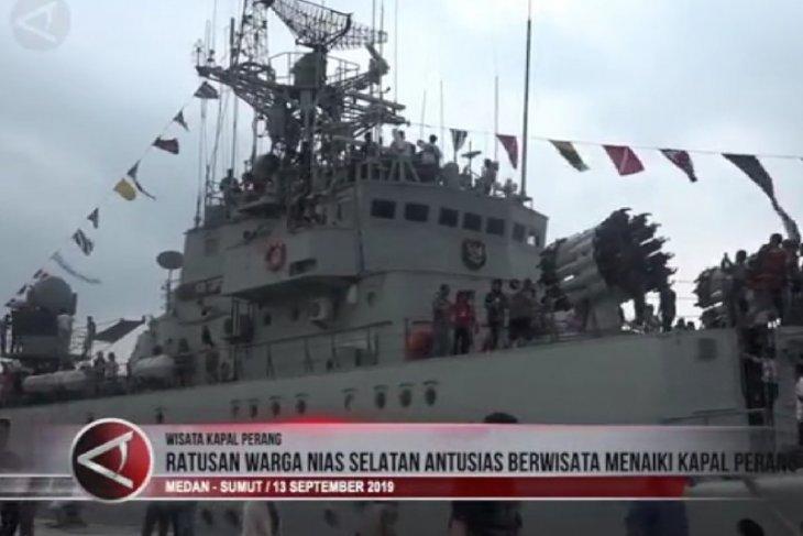 Ratusan warga Nias Selatan antusias berwisata menaiki kapal perang (video)
