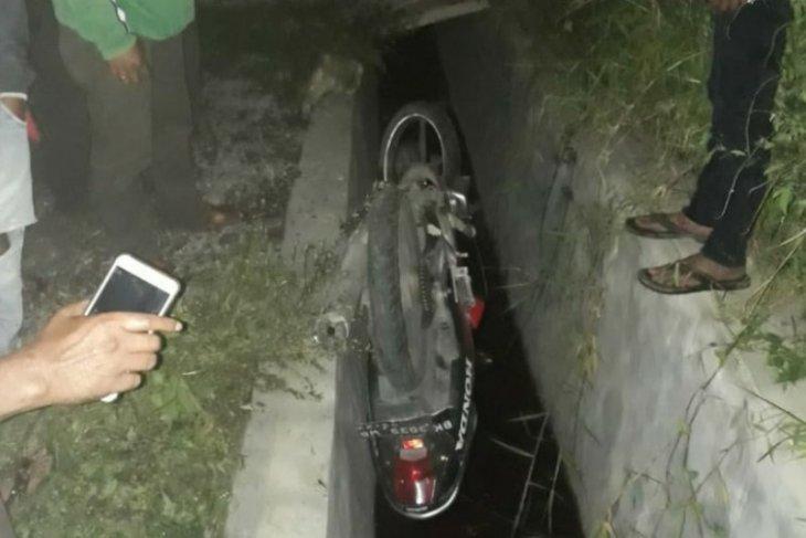 Sepasang remaja di Simalungun tewas setelah sepeda motor masuk parit