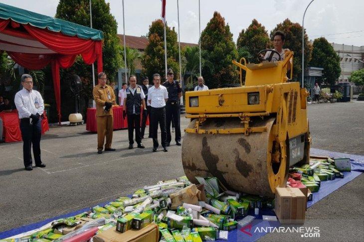 Kemendag musnahkan dua kontainer barang tidak sesuai izin di Medan
