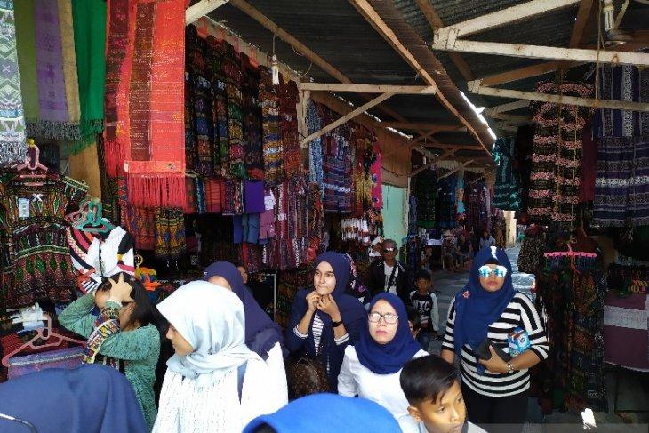 Pengunjung harapkan penataan pedagang di kawasan wisata Tomok Samosir