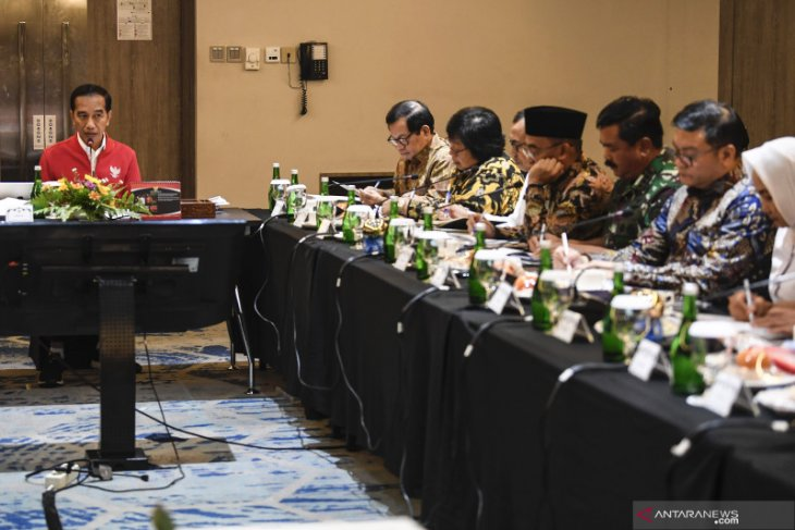 Gubernur Riau dan Wali Kota pilih keluar negeri, Presiden Jokowi: Ini tak serius penanganan Karhutla