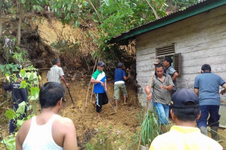 Longsor timpa rumah warga Stungkit Langkat, tidak ada korban jiwa